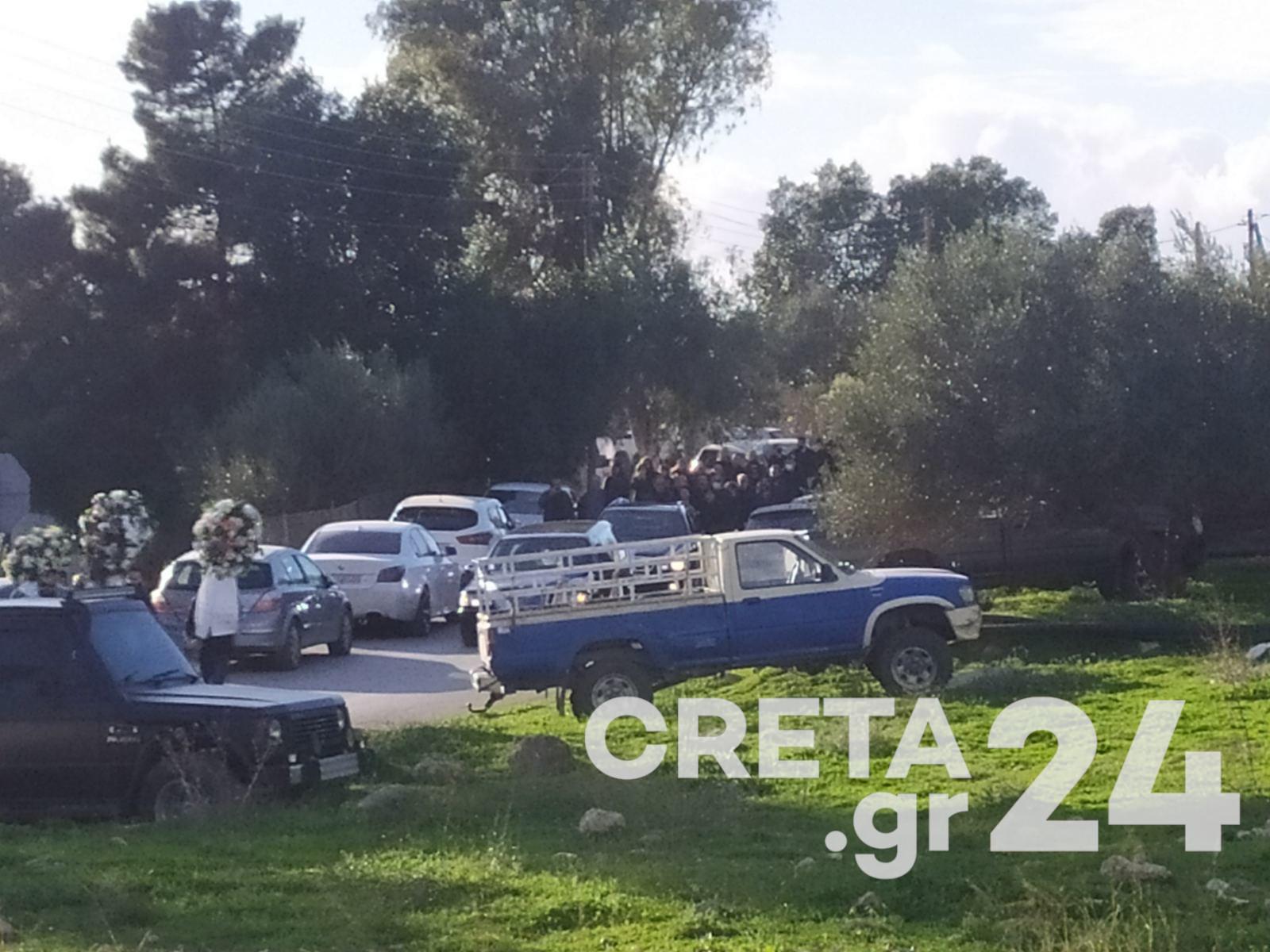 Ηράκλειο: Σκηνές αρχαίας τραγωδίας στην κηδεία μάνας και κόρης που «έσβησαν» στην άσφαλτο (pics)